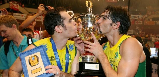 Ricardinho (e) e Giba beijam o troféu da Liga Mundial 2007, último torneio do levantador antes do corte