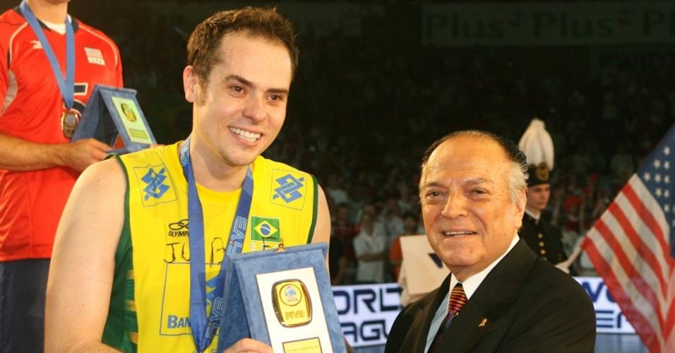 Ricardinho recebe prêmio de melhor jogador da Liga Mundial 2007