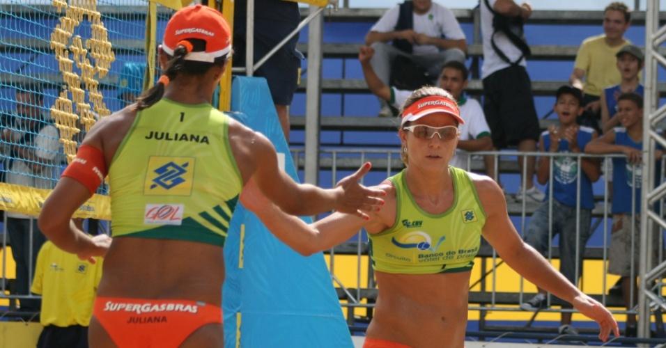 Juliana (e) e Larissa comemoram um ponto em jogo em Goiânia