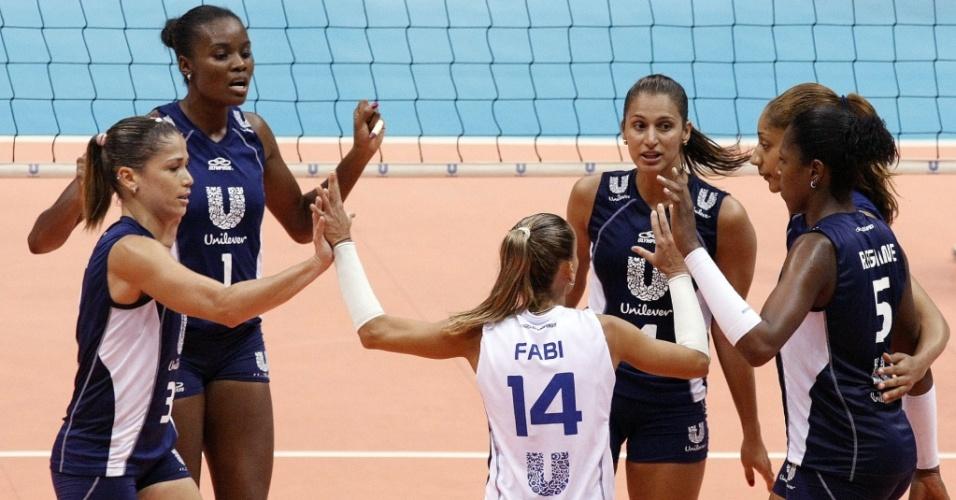 Jogadoras do Unilever comemoram ponto na vitória sobre o Cativa; time carioca encerrou a série melhor de três das quartas em 2 a 0