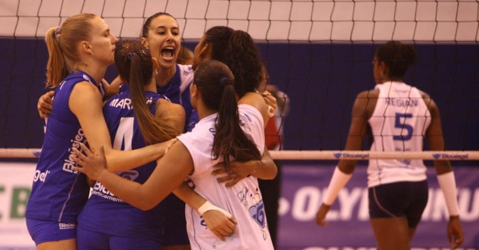 Jogadoras do São Caetano comemoram um ponto no primeiro jogo da semifinal contra a Unilever
