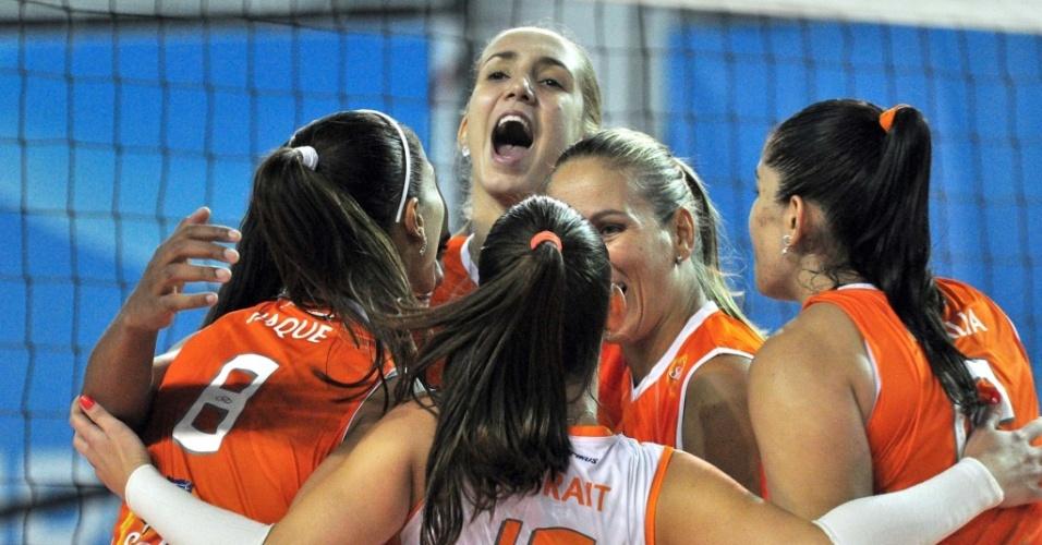 Jogadoras do Osasco comemoram ponto na vitória sobre o Pinheiros