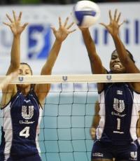 Dani Lins e Fabina formam bloqueio da Unilever em ataque de Mari, do São Caetano na semifinal
