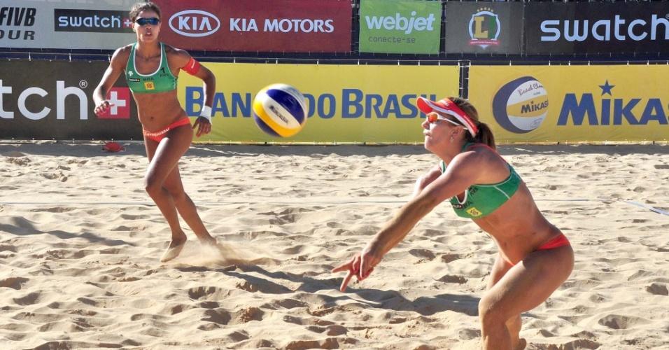 Larrisa recebe a bola observada por sua parceira Juliana