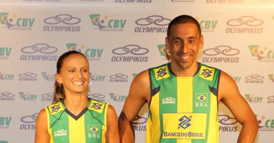 Fabi e Serginho vestem os novos uniformes da seleção brasileira de vôlei