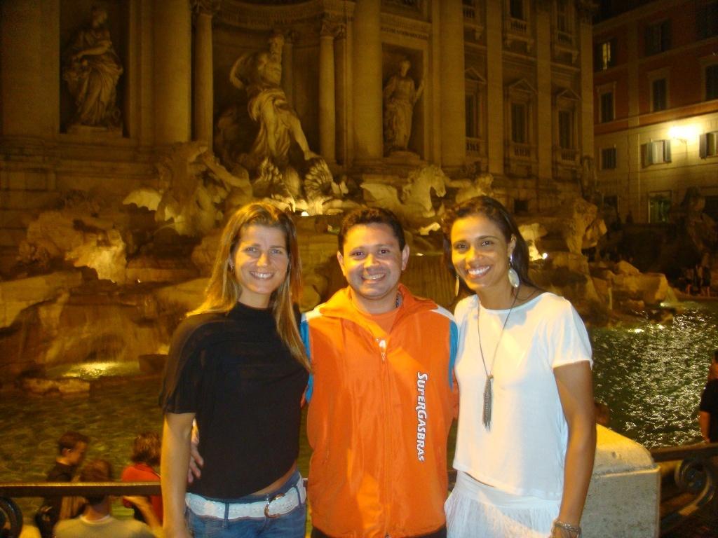 Larissa (e), Juliana (d) e o fisioterapeuta da dupla, Jullius Queiroz, aproveitaram a passagem por Roma para visitar a famosa Fontana di Trevi