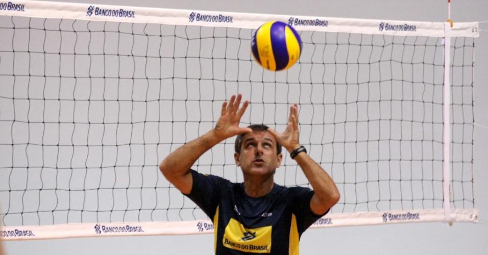 Zé Roberto comanda treino da seleção feminina em Saquarema