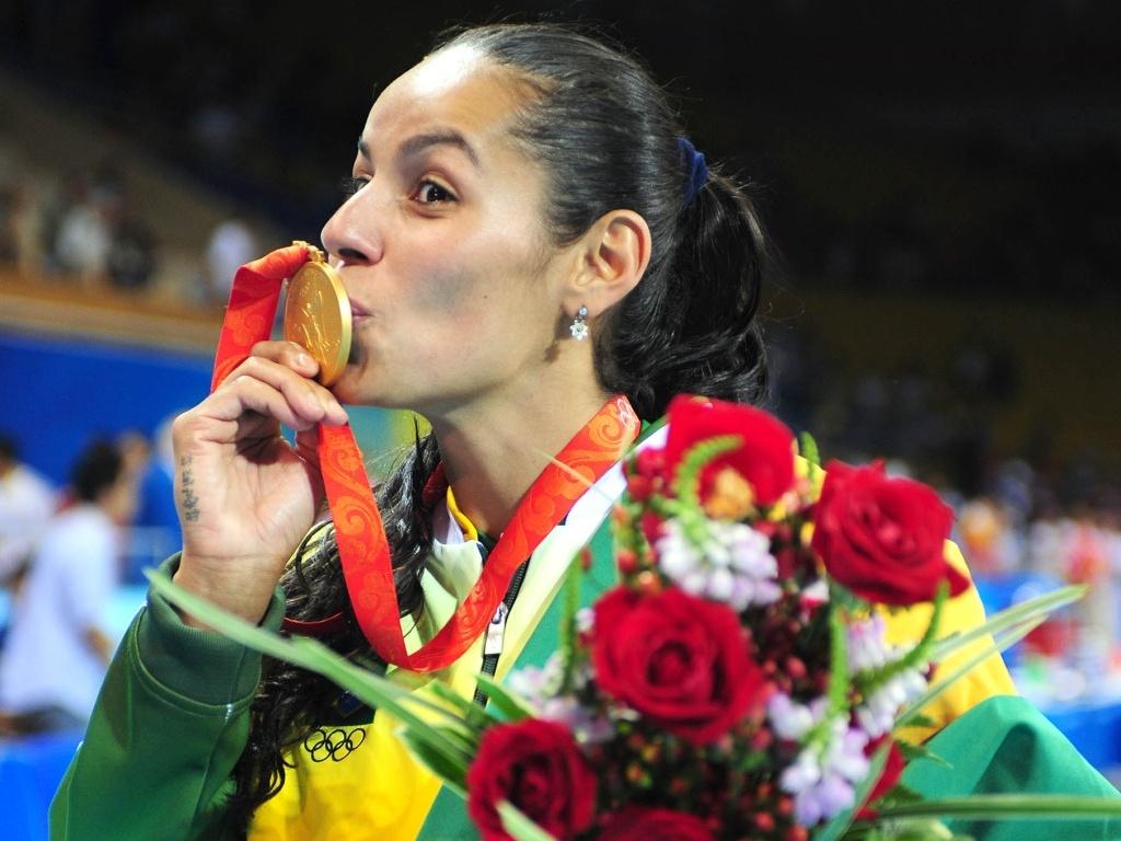 Paula Pequeno beija a medalha de ouro conquistada nos Jogos Olímpicos de Pequim-2008