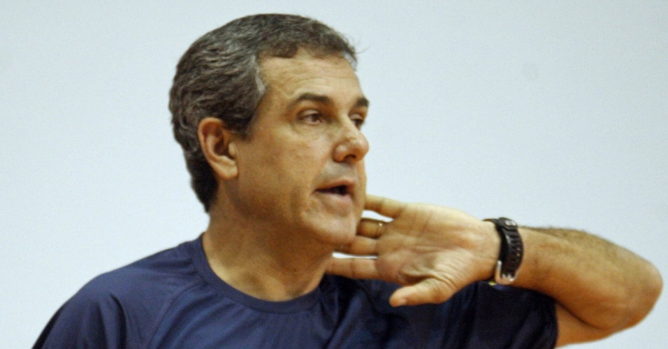 Zé Roberto Guimarães comanda o treinamento da equipe na manhã desta quarta-feira