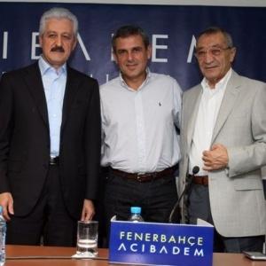 Zé Roberto (c) posa com dirigentes do Fenerbahce ao ser anunciado como novo técnico do clube