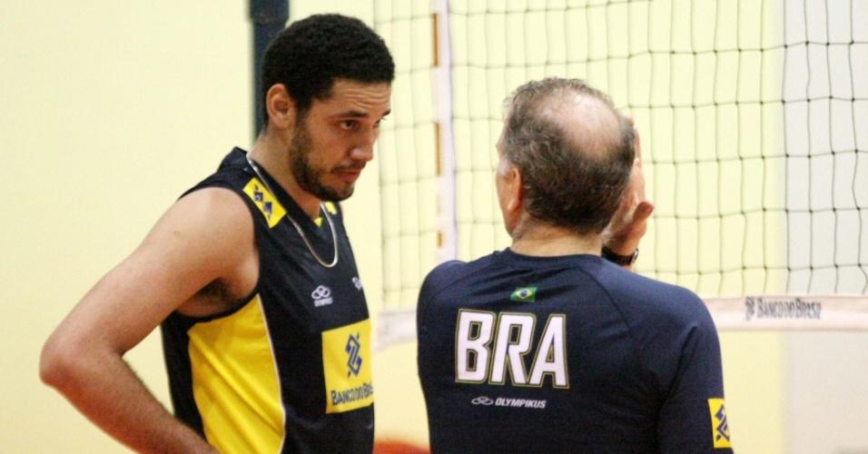 Maurício (e) conversa com Bernardinho durante treino da seleção brasileira