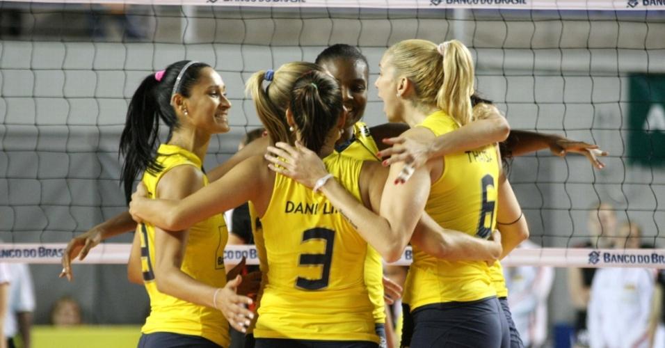 Jogadoras do Brasil festejam na vitória sobre a Alemanha