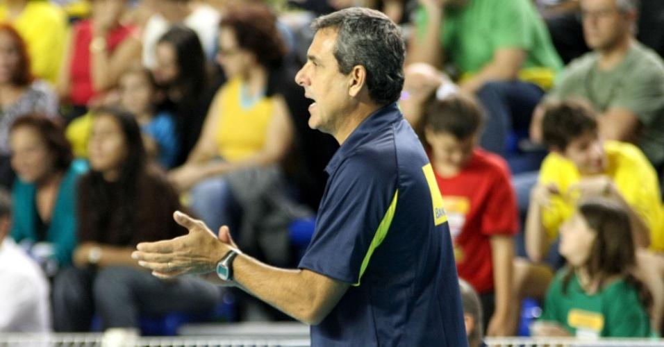 Zé Roberto instrui as jogadoras durante amistoso do Brasil contra a Alemanha