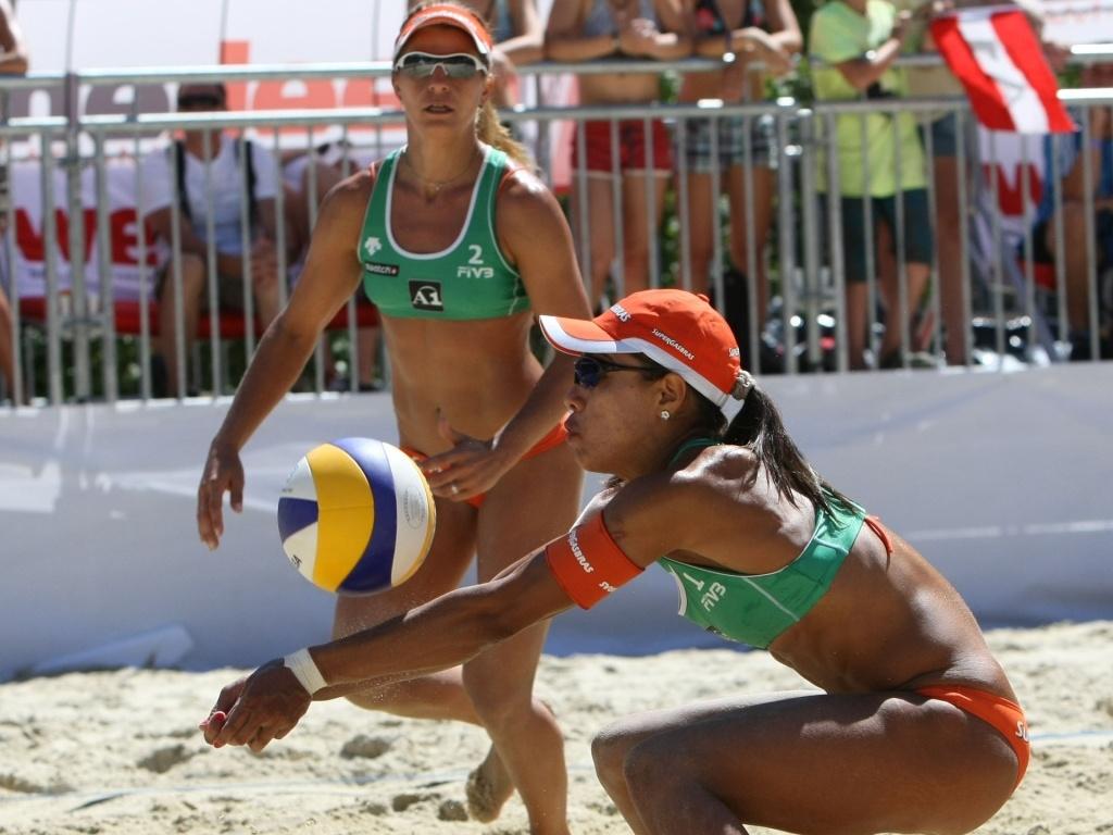 Dupla brasileira formada por Juliana (à frente) e Larissa estreia com duas vitórias em Klagenfurt