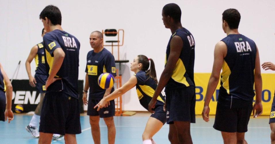 Camila Brait, da seleção feminina adulta, participa de treino com a seleção masculina juvenil