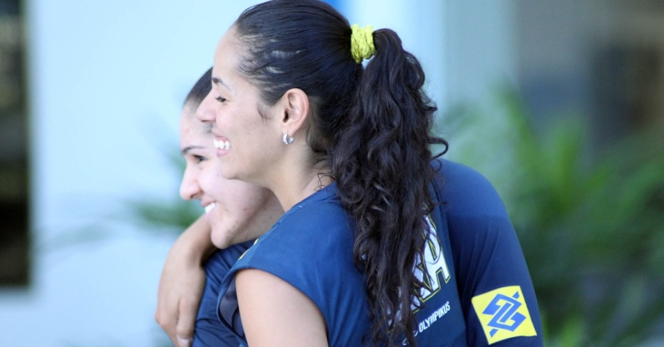 Natlia (e) e Paula Pequeno divertem-se aps treino da seleo feminina de vlei