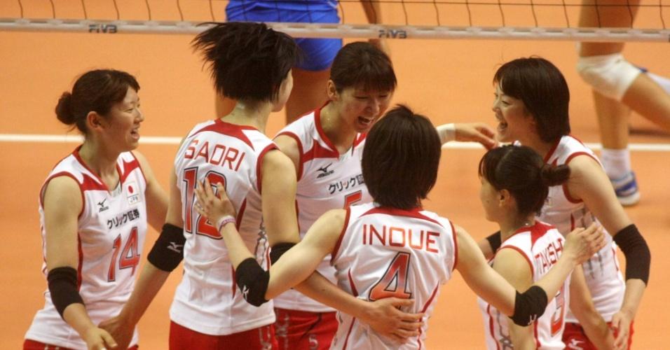 Japonesas comemoram ponto na vitória sobre a Itália pelo Grand Prix