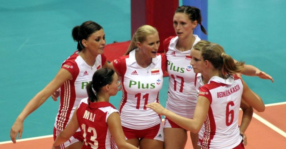 Jogadoras da Polônia comemoram um ponto na vitória sobre a Alemanha na estreia do Grand Prix