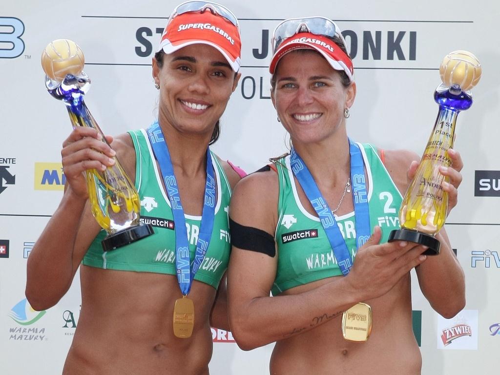 Juliana e Larissa exibem troféu após igualarem recorde em conquista do Grand Slam polonês