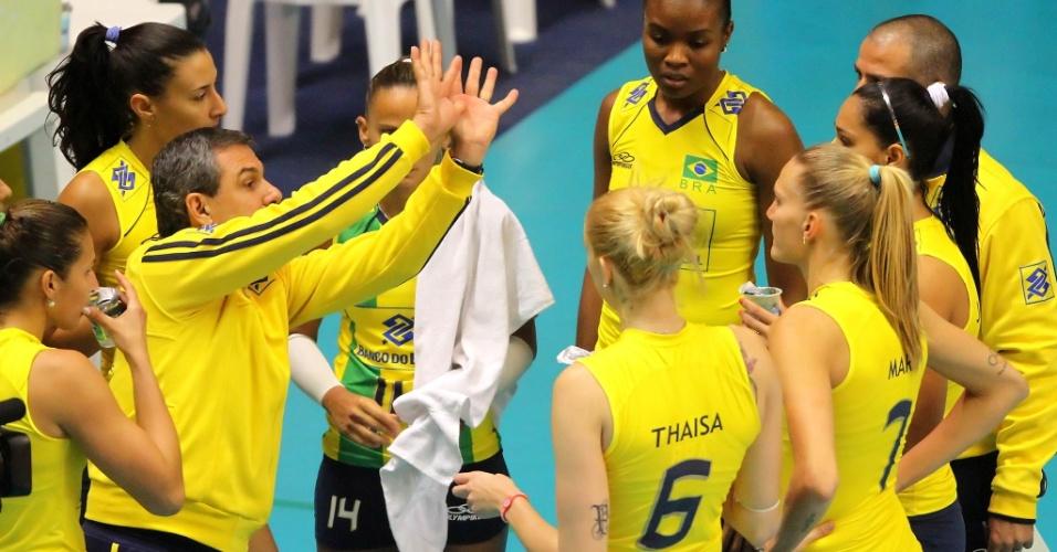 Zé Roberto passa instruções para as jogadoras brasileiras na partida contra o Japão