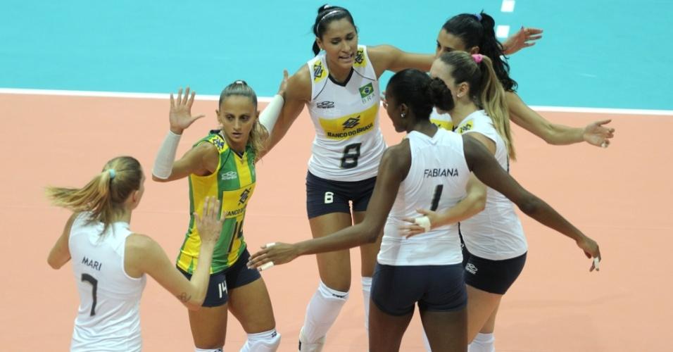Brasileiras comemoram ponto na vitória contra a Polônia, pela fase final do Grand Prix