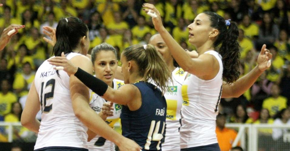Sheilla (d) voltou ao time do Brasil na vitória por 3 sets a 0 sobre os Estados Unidos em amistoso