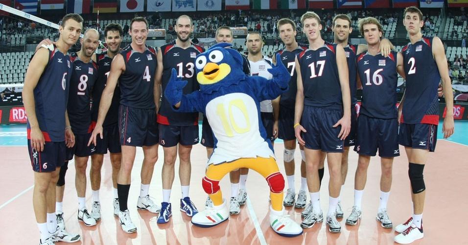 Após vencer a França por 3 a 0, jogadores dos EUA comemoram com mascote Volly