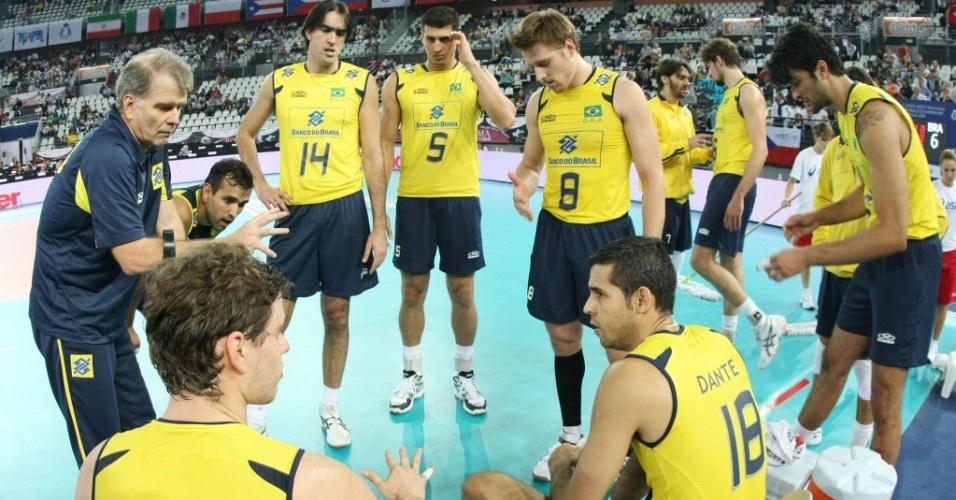 Bernardinho conversa com jogadores da seleção brasileira no jogo contra a República Tcheca
