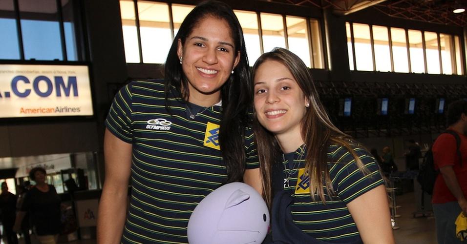 Natália (e) e Camila Brait são fotografadas no embarque da seleção brasileira para o Japão