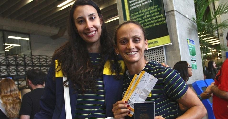 Sheilla (e) e Fabi são fotografadas no embarque da seleção brasileira em Guarulhos