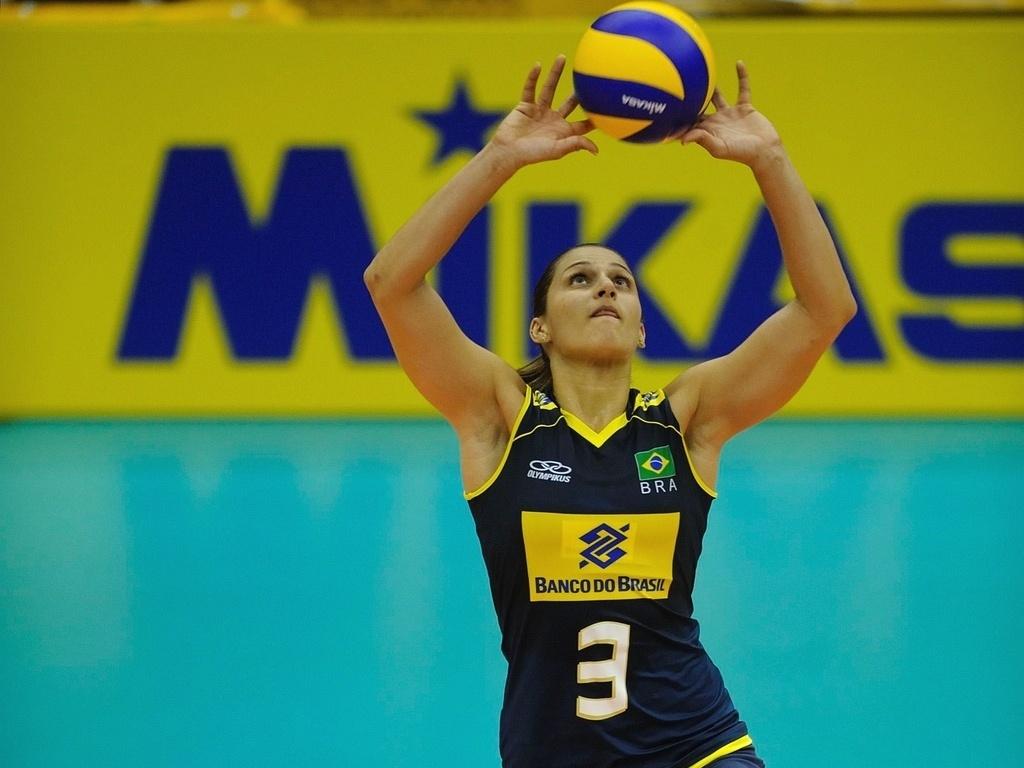 Dani Lins faz levantamento na vitória do Brasil sobre o Quênia no Mundial feminino de vôlei