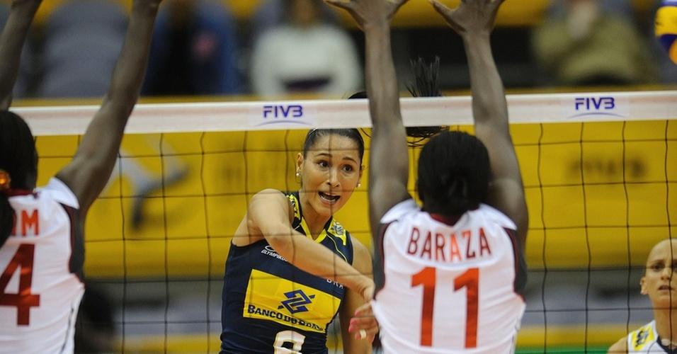 Jaqueline passa pelo bloqueio do Quênia na estreia da seleção feminina de vôlei do Brasil no Mundial