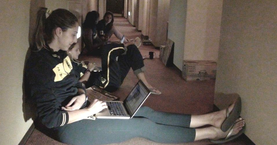 Jogadoras da seleção brasileira de vôlei improvisam lan house no corredor do hotel em Hamamatsu