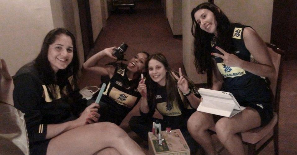 Natália, Adenizia, Camila Brait e Sheilla mostram o salão de beleza montado no corredor do hotel