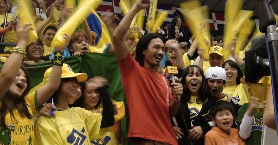 Kenchi, da banda japonesa Exile, anima jogo da seleção brasileira no Mundial de vôlei