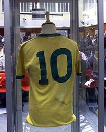 A camisa 10 usada por Pelé na final da Copa de 70 está sendo leiloada na  internet 30ad85d0afb75