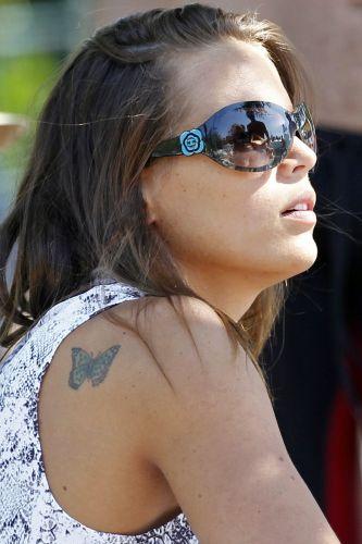 Laure Manaudou exibe sua tatuagem de borboleta no ombro. Francesa afirmou que retornará ao esporte nesta temporada