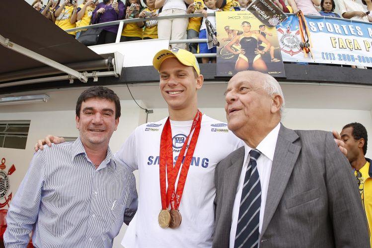 Cesar Cielo abraça os presidentes do Corinthians (Andrés Sanchez, à esquerda) e da CBDA (Coaracy Nunes, à direita)
