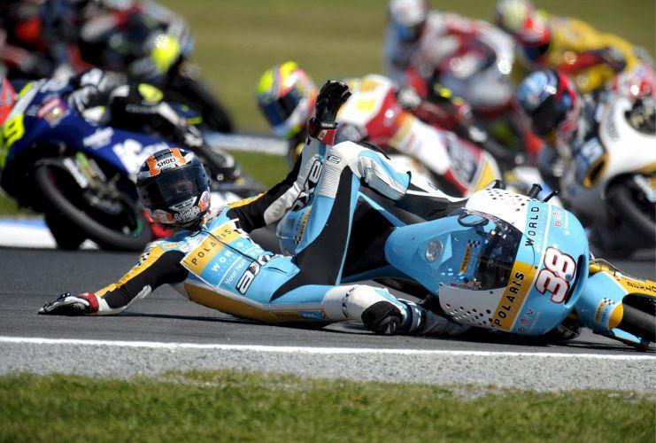 O britânico Bradley Smith também perdeu o controle de sua moto na mesma corrida