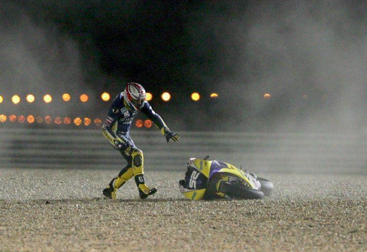 James Toseland corre para pegar sua moto após cair durante treinos livres para o GP do Qatar