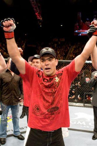 Lyoto comemora vitória sobre o também brasileiro Thiago Silva no UFC 94