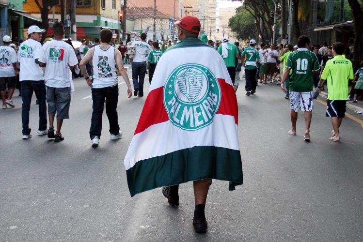 Torcedores do Palmeiras chegam ao estádio do Parque Antarctica para a semifinal contra o Santos. O time da Baixada venceu por 2 a 1 e se classificou para a final do Campeonato Paulista.