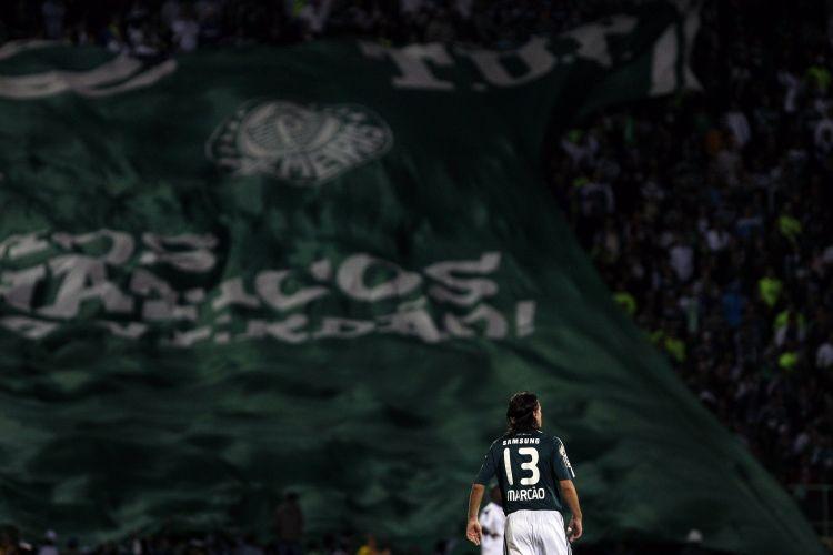 Torcida do Palmeiras (ao fundo) vibra com gol de Marcão