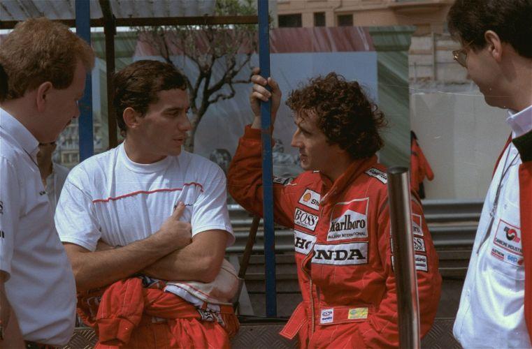 Senna conversa com o francês Alain Prost, um de seus maiores rivais da Fórmula 1, durante temporada 1988