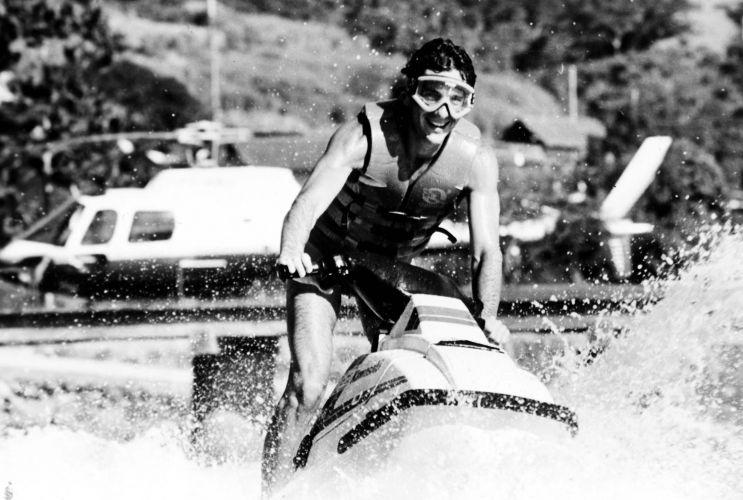Brasileiro em momento de descontração com seu jet-ski após vencer o Mundial de 1990