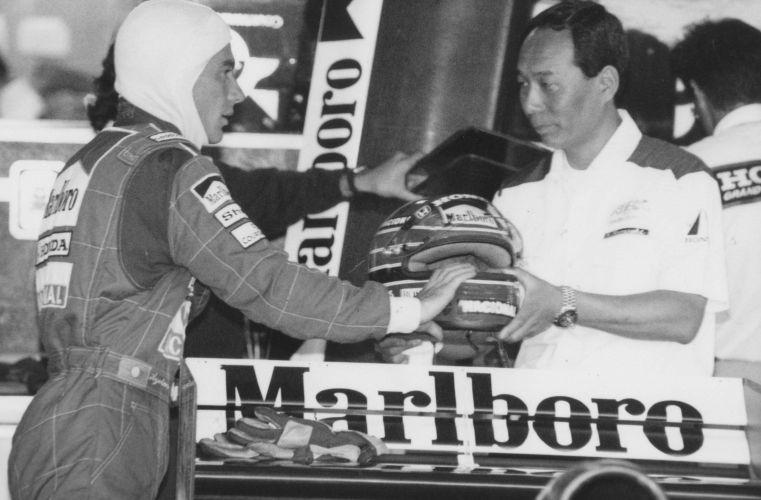 Senna conversa com mecânico da McLaren