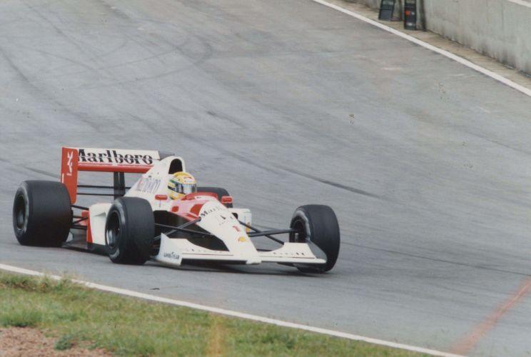 Piloto em ação pouco antes da linha de chegada de Interlagos em 1991