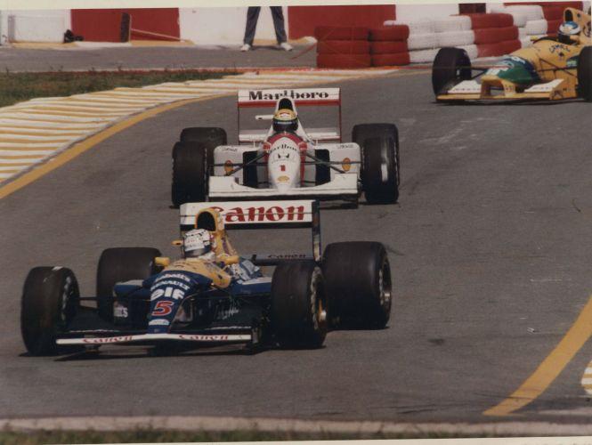 Senna entre Williams e Benetton em corrida em 1992