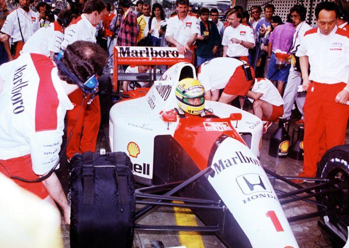 Carro de Senna cercado por mecânicos da equipe McLaren