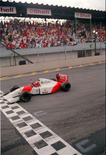 Ayrton Senna cruzando a linha de chegada em 1993